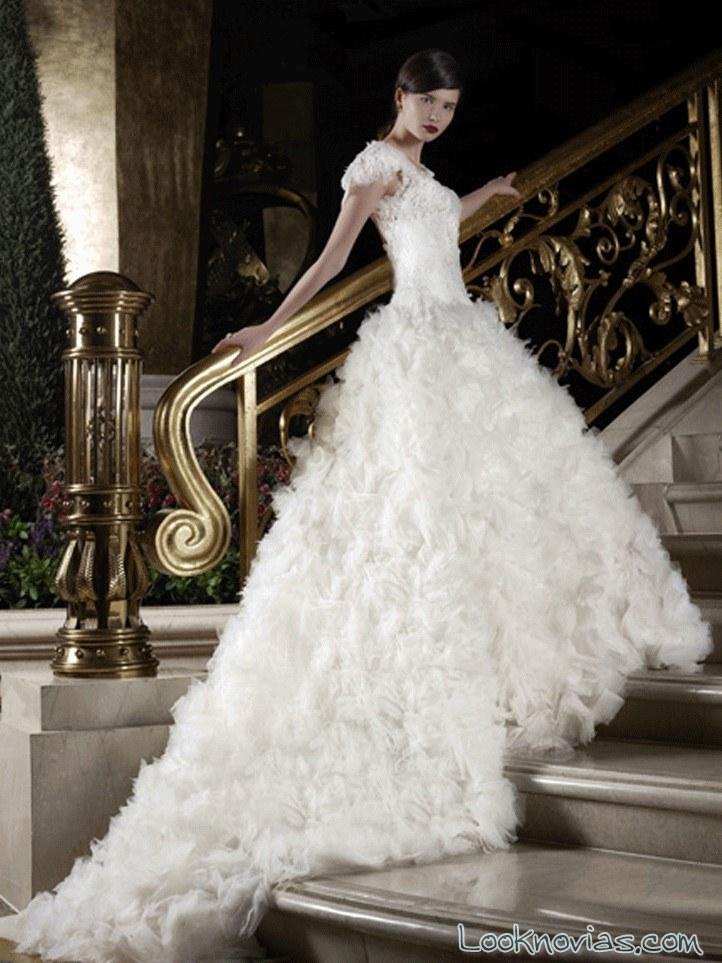 vestido con falda de corte a y plumas