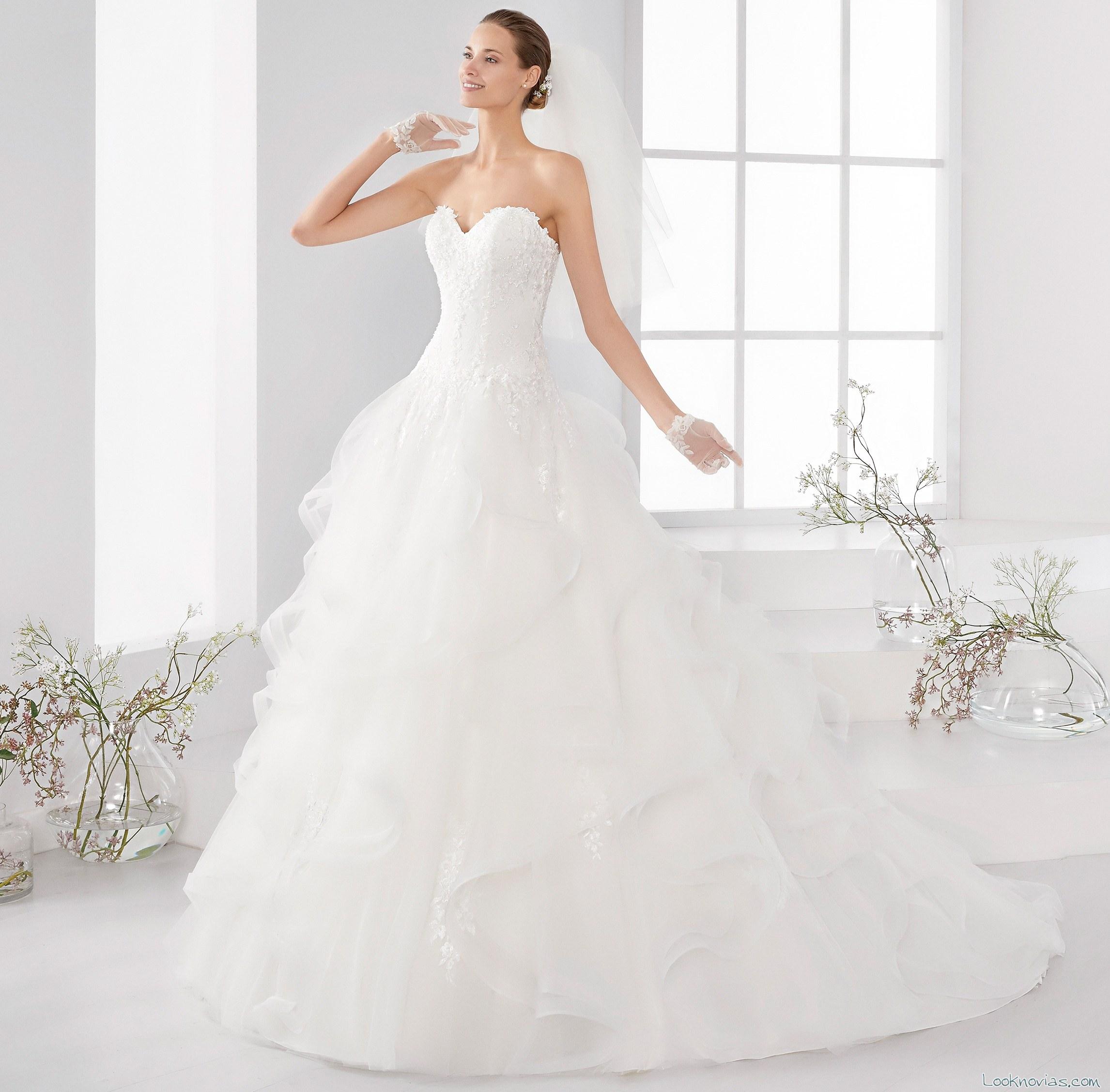 vestido con falda de volantes aurora novias