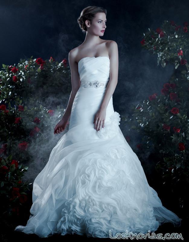 vestido con volantes y cinturón para novias anjolique