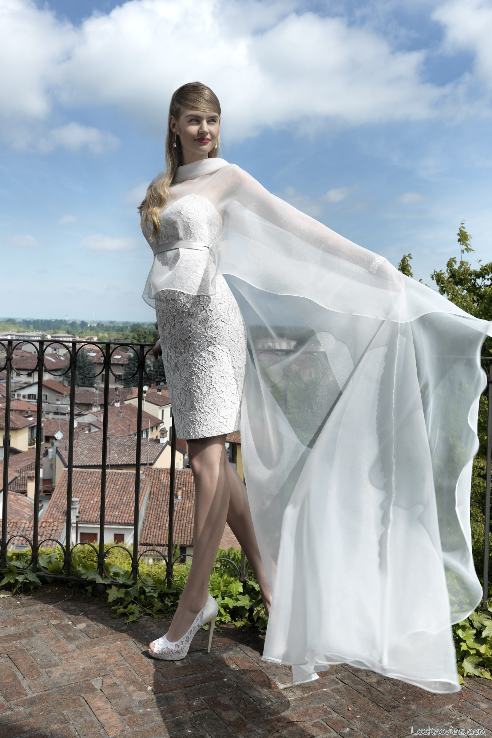 vestido corto de novia con capa por valentini spose
