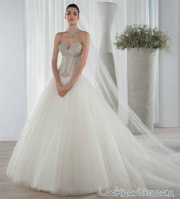 vestido de corte princesa y escote corazón