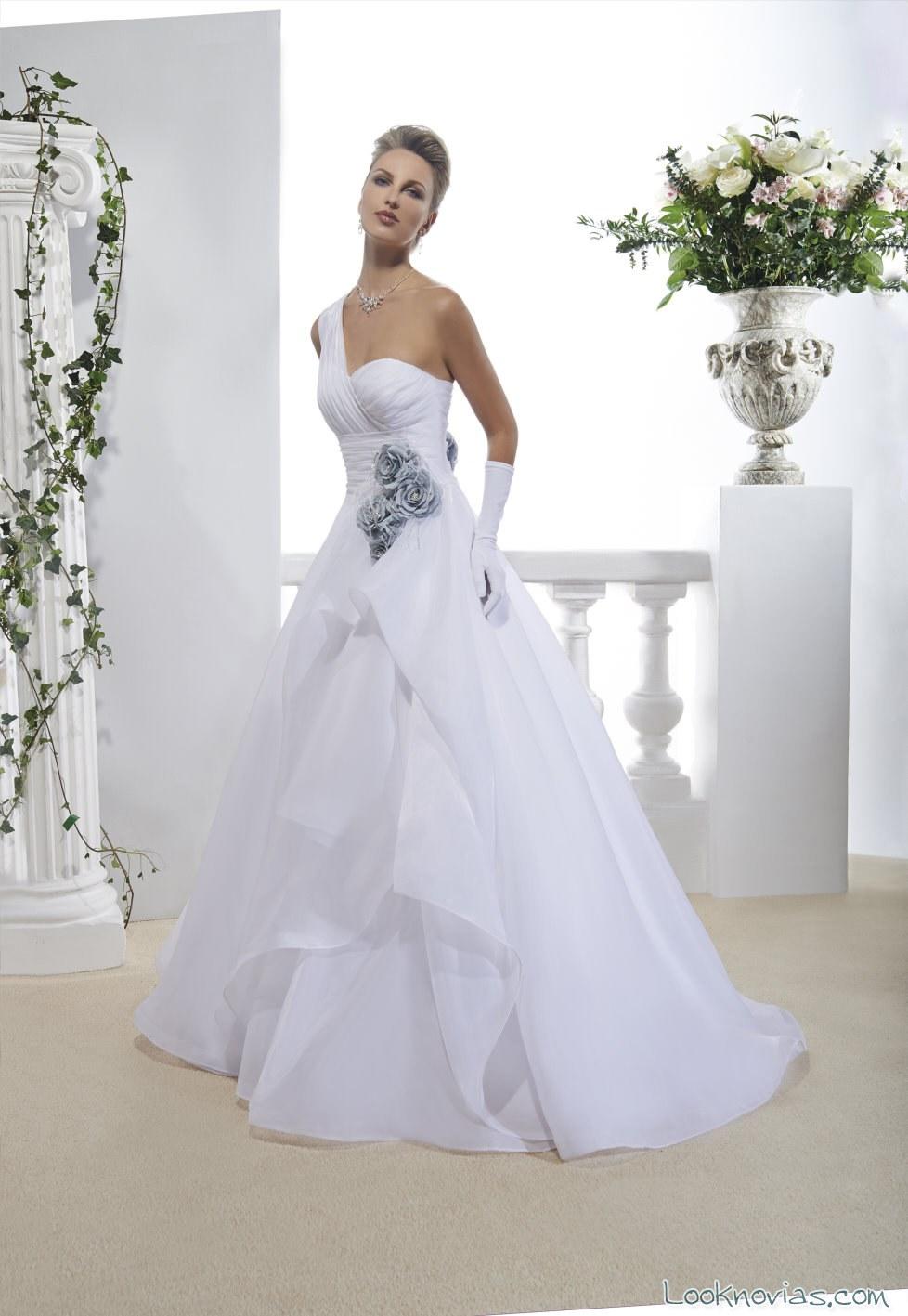 vestido de novia annie couture con bordados azules