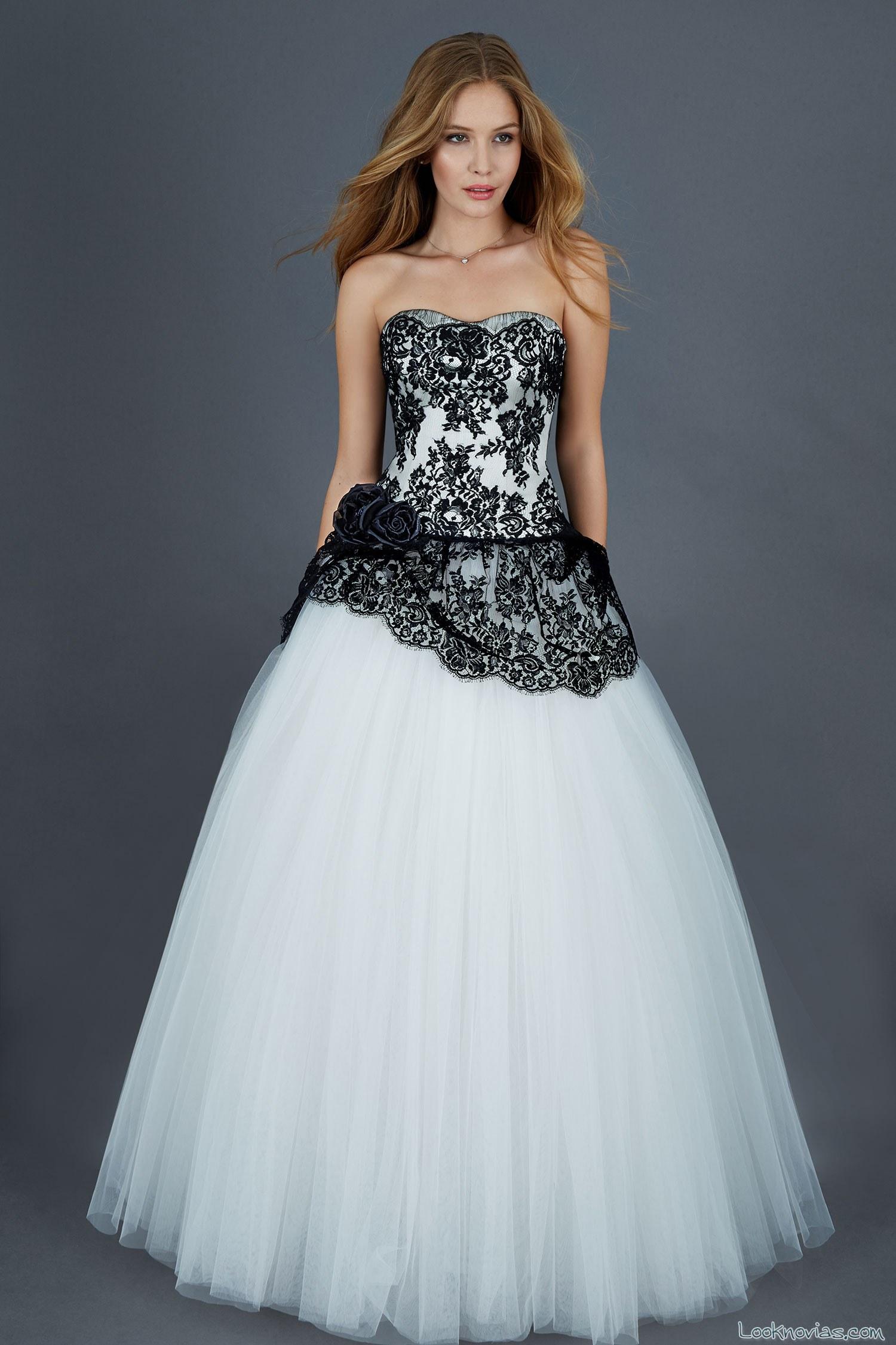 vestido de novia combinado con encajes negros