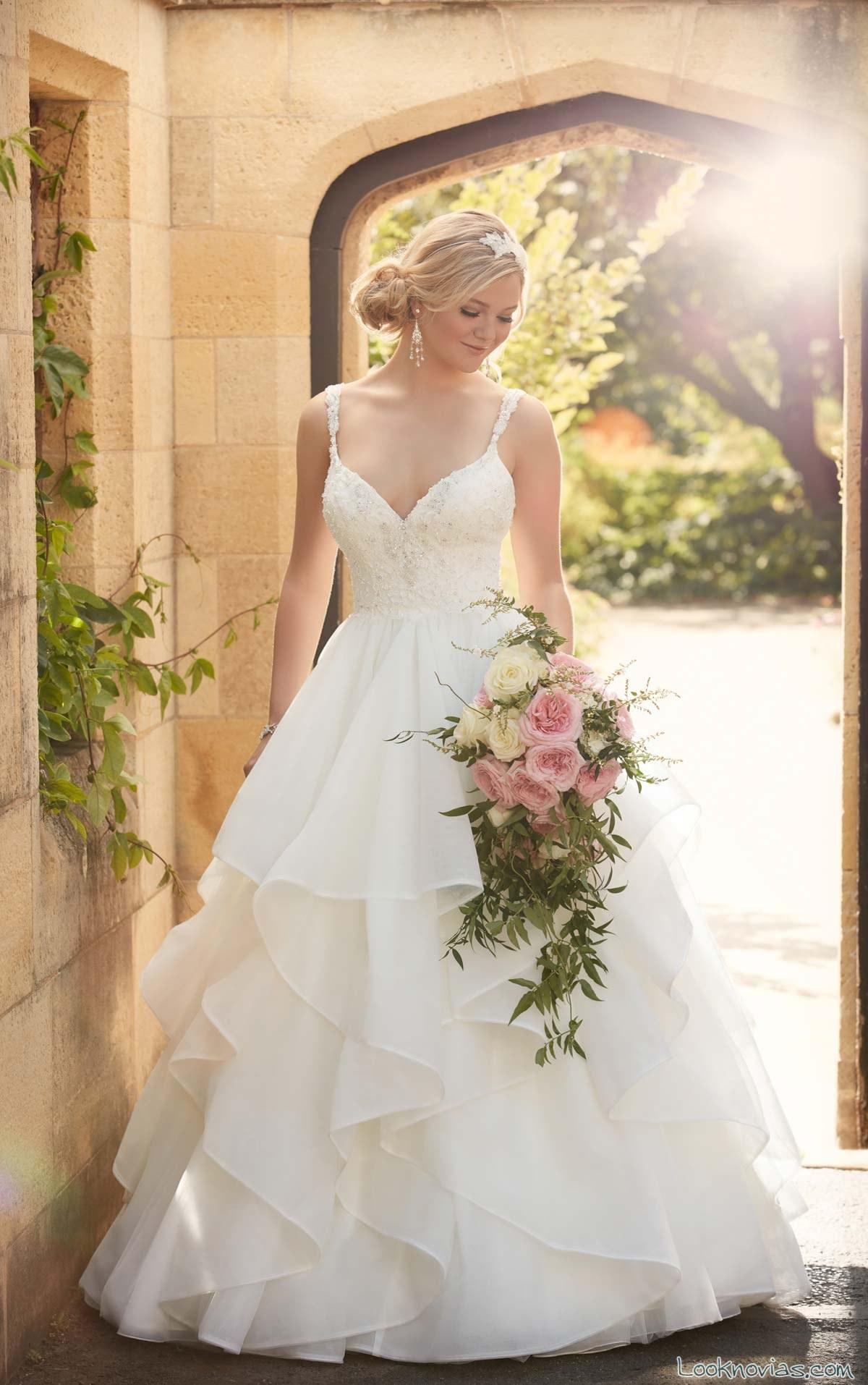 vestido de novia con amplios volantes