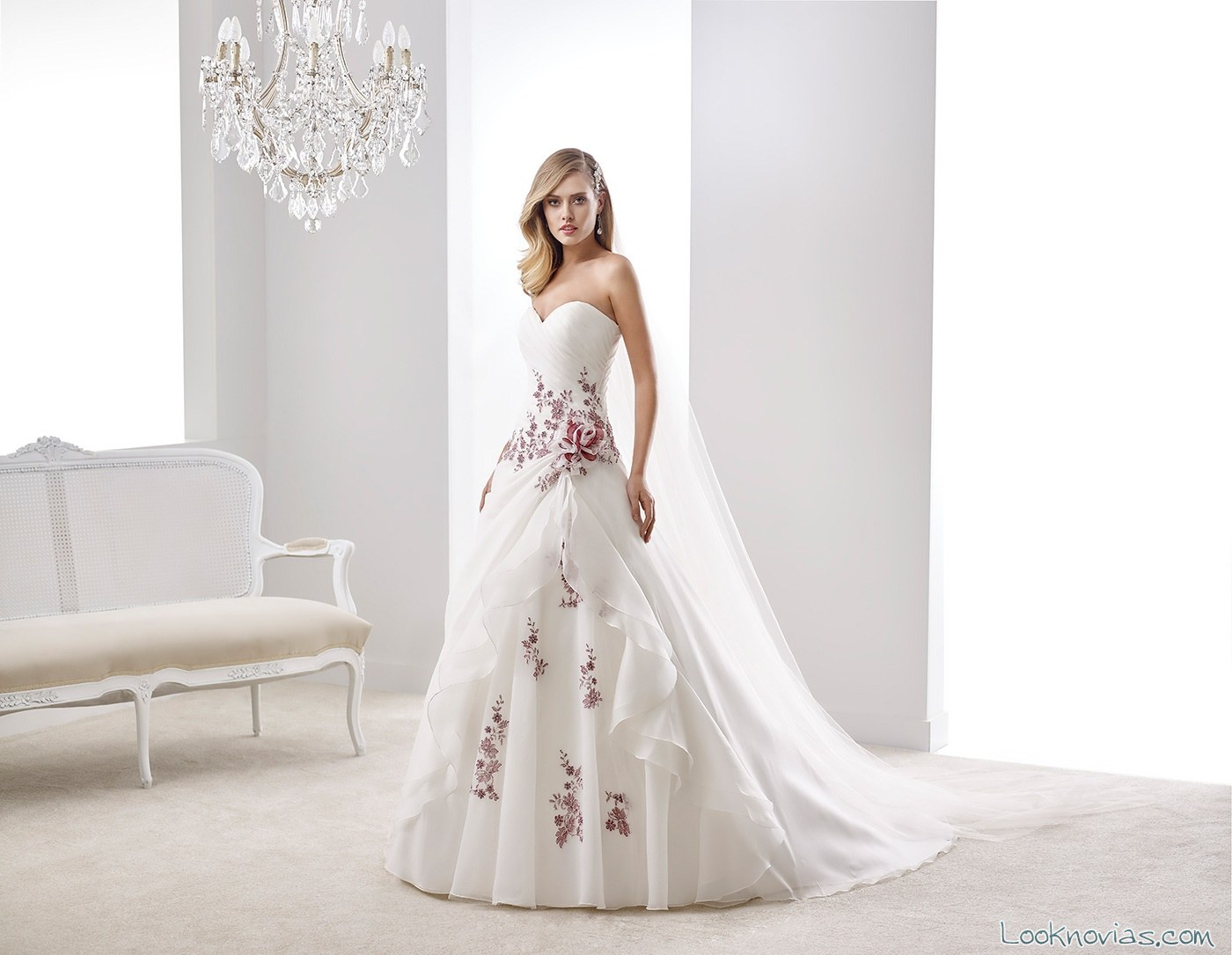 vestido de novia con bordados en la falda rojos