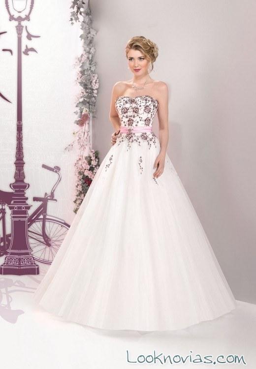 vestido de novia con corpiño de bordados rojos