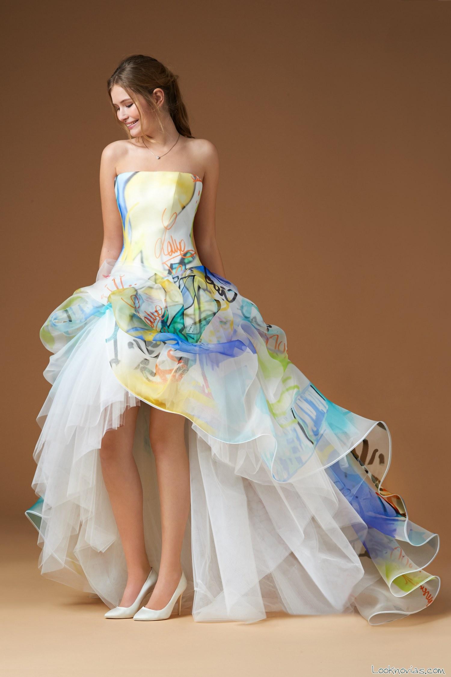 vestido de novia con corte asimétrico y colores acuarela