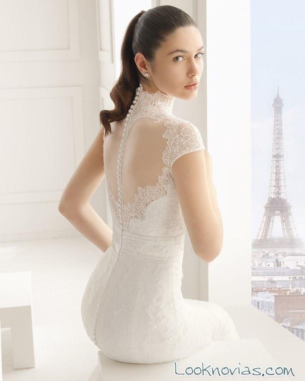 vestido de novia con cuello alto y escote trasero