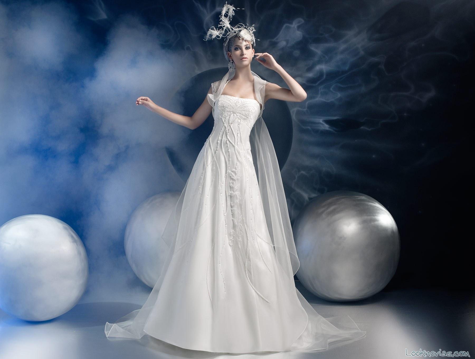vestido de novia con falda evasé y escote de Jaiis