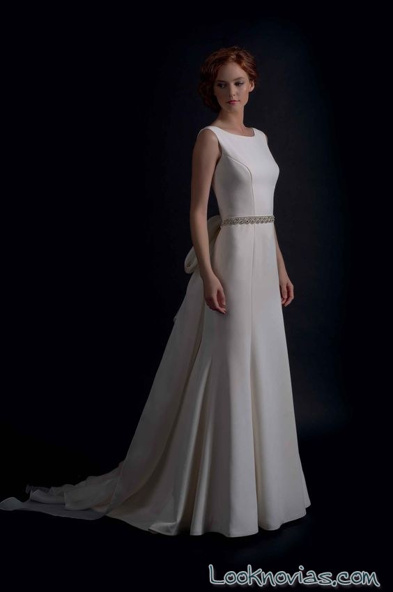 vestido de novia con falda sencilla y cinturón