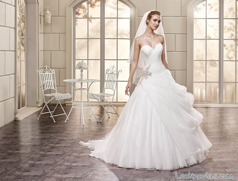 vestido de novia con falda y broche