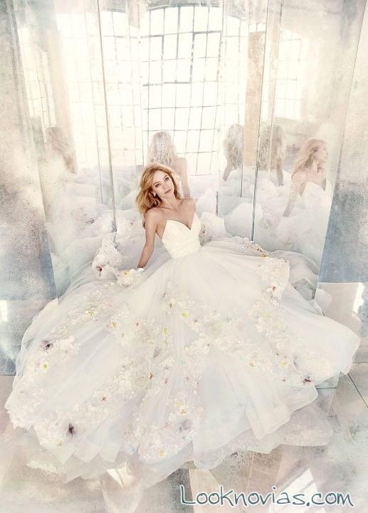 vestido de novia con flores de colores bordadas