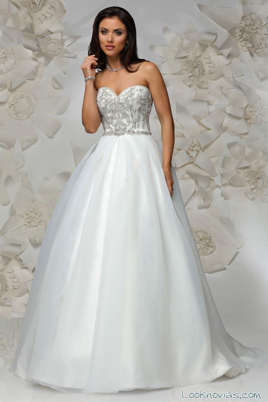 vestido de novia con tul y cuerpo de pedrería