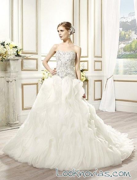 vestido de novia con volantes y pedrería