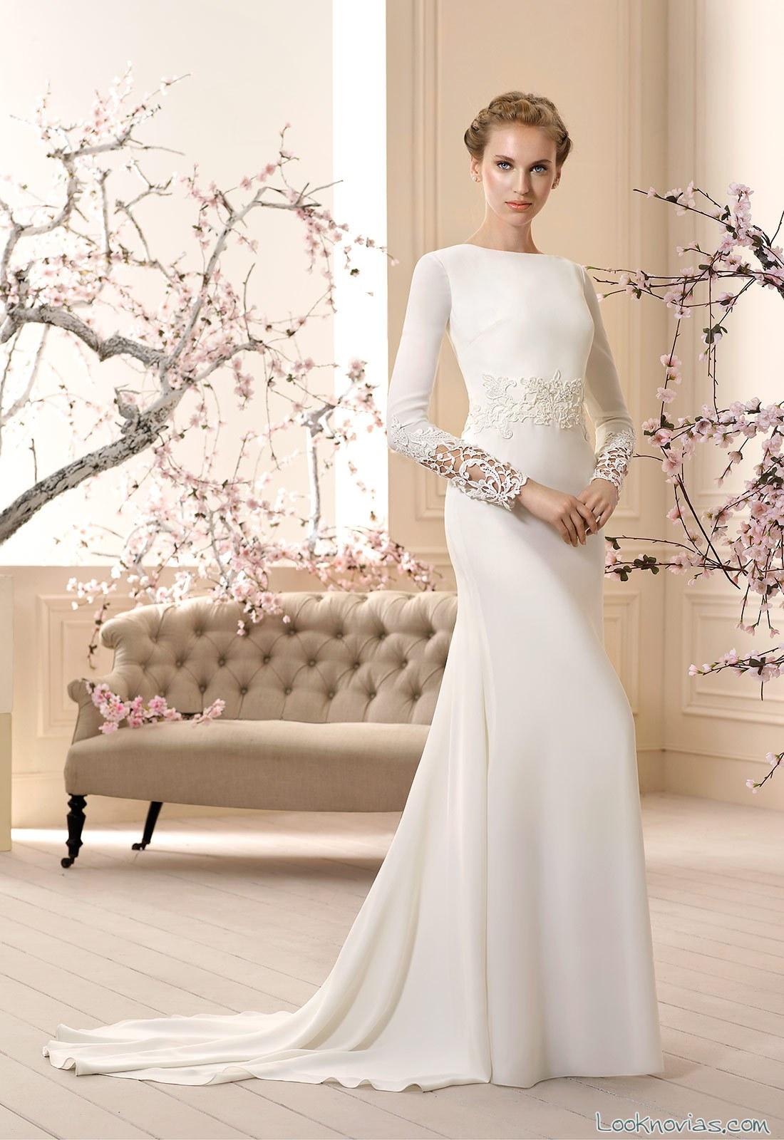 vestido de novia sencillo con mangas y cola