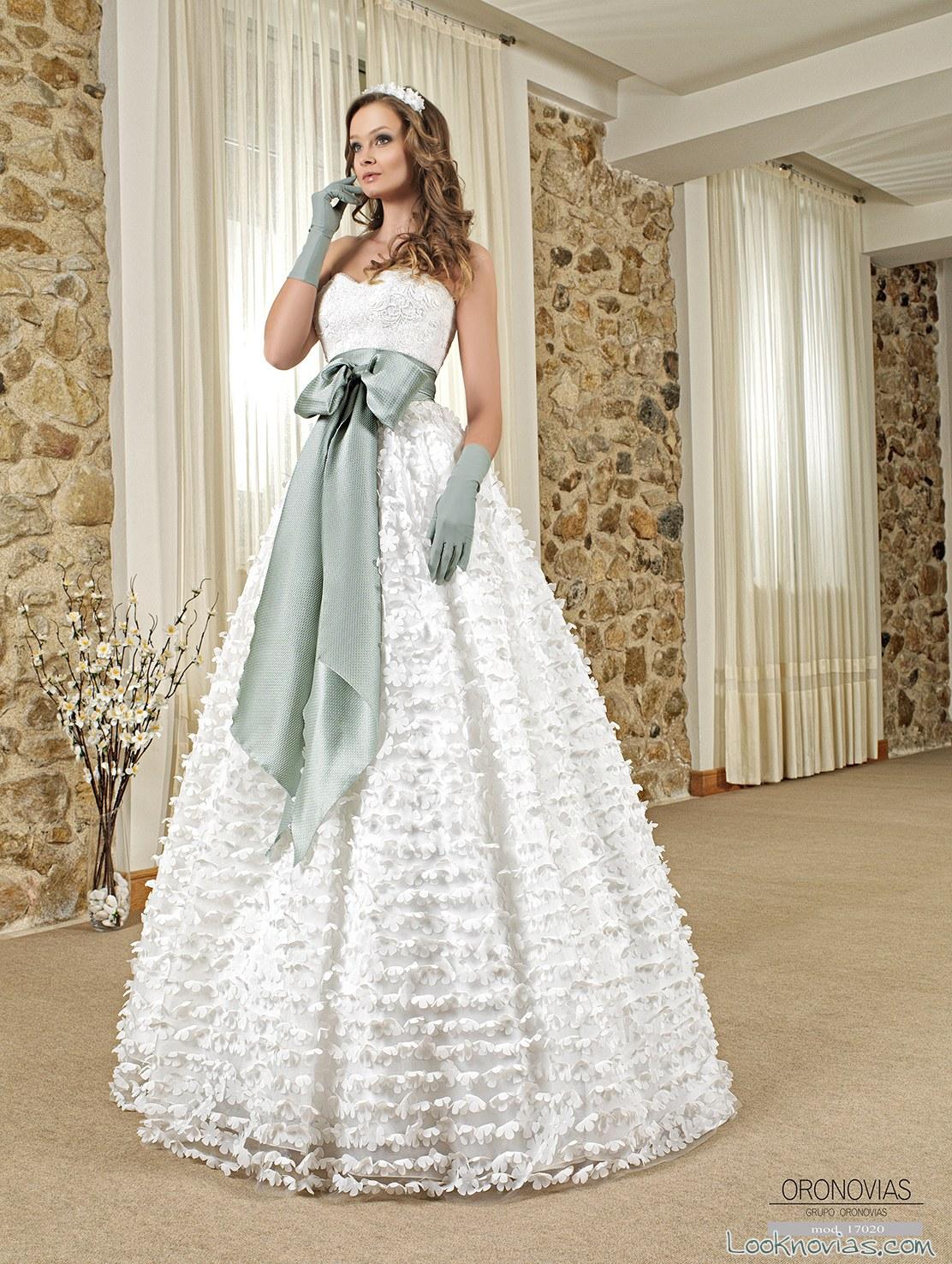 vestido de novias volumen con cinturón azul