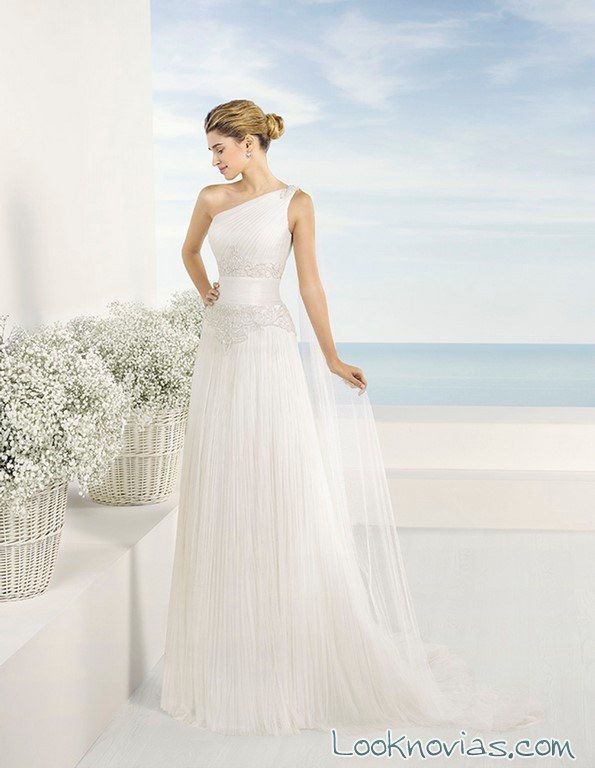 vestido de tul con escote asimétrico luna novias