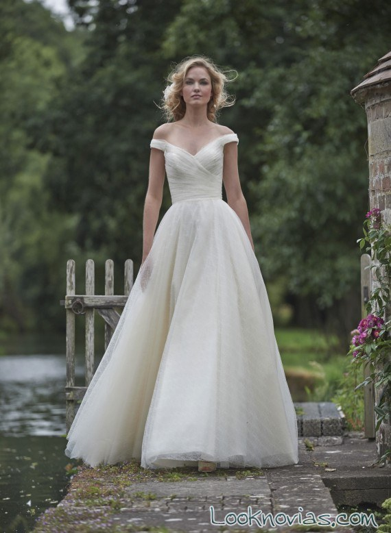 vestido de vuelo para novia con escote