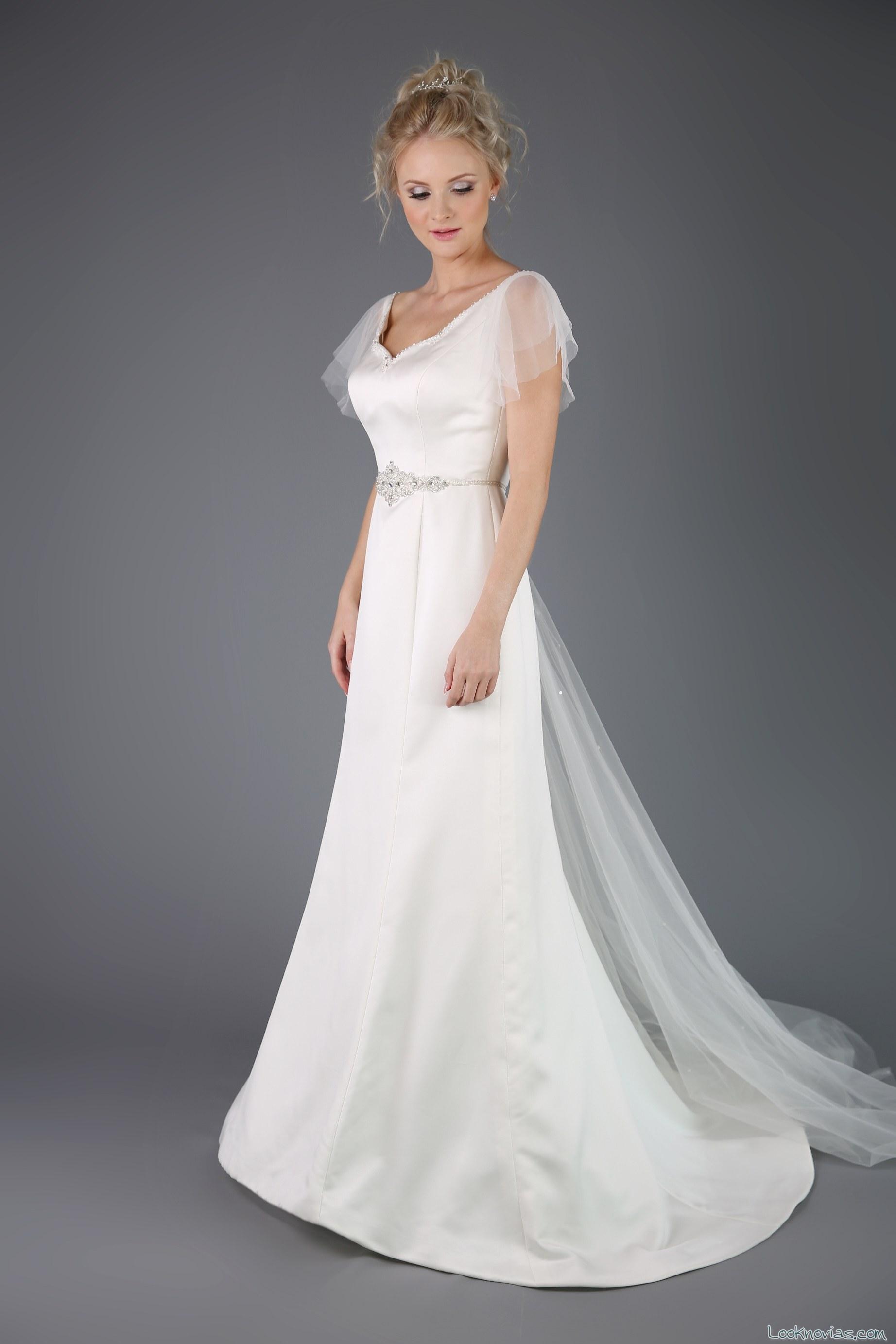 vestido evasé blanco con mangas de tul