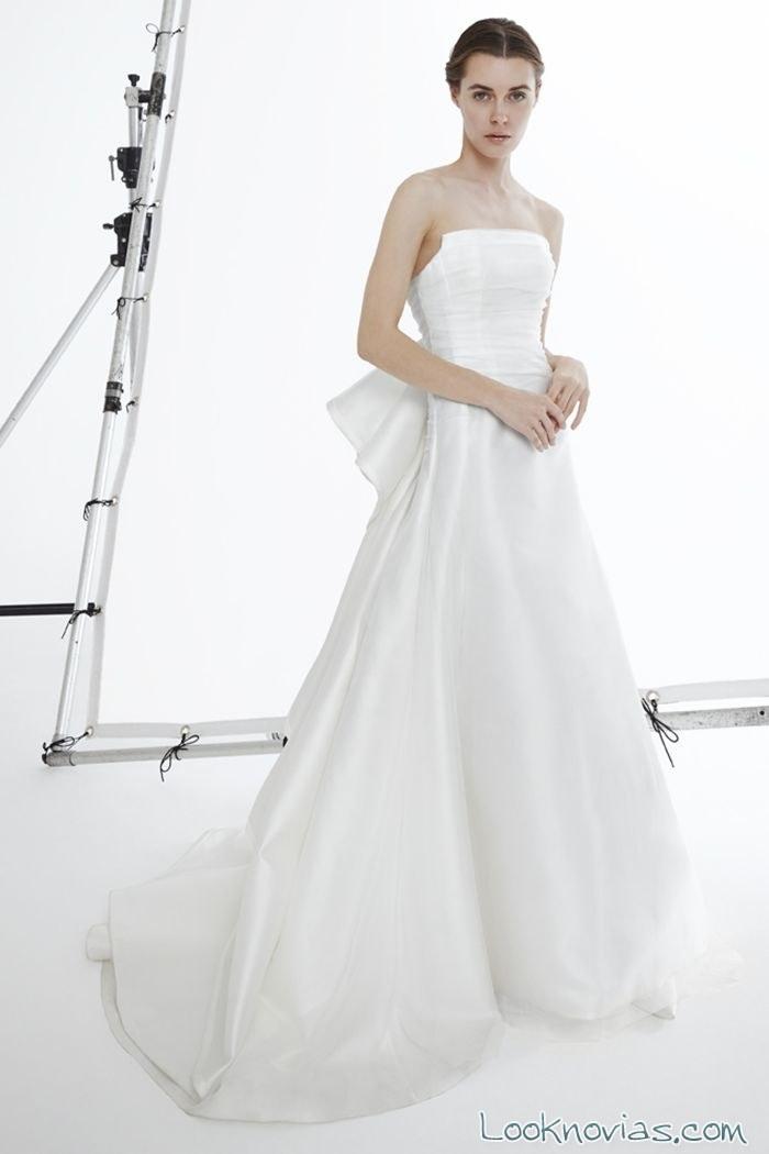 vestido evasé corte minimalista sin tirantes