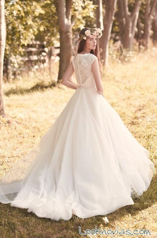 vestido evasé de novia con escote en espalda