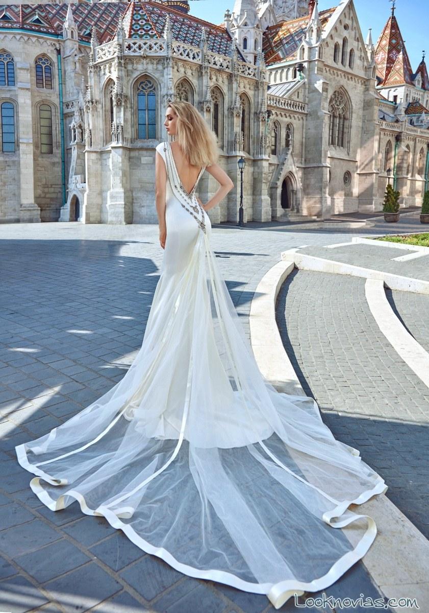 vestido galia lahav con cola de tul