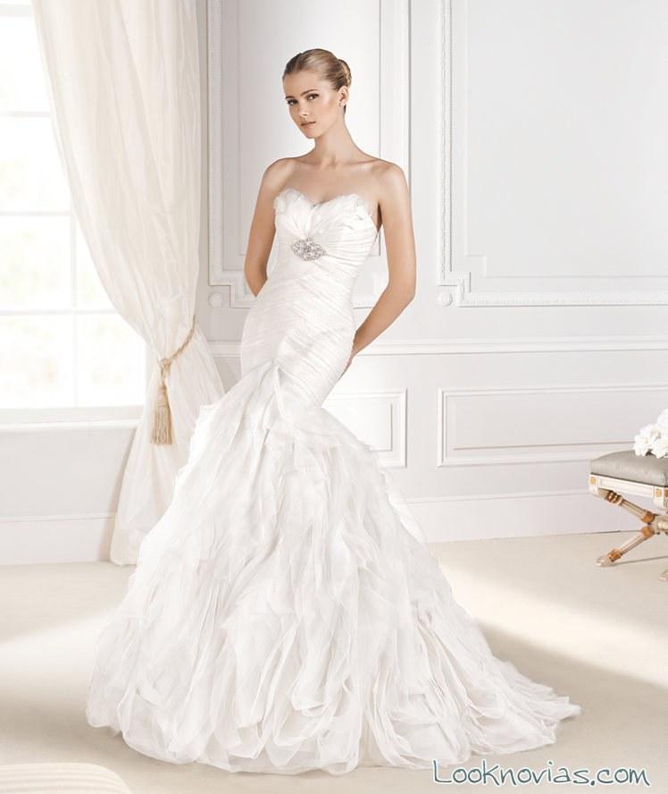 vestido la sposa con broche de pedrería
