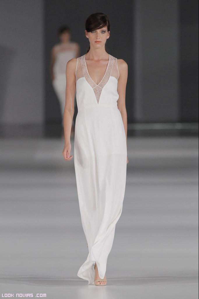 vestidos largos en blanco y con tejidos transparentes