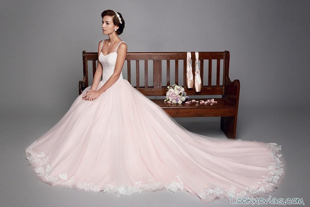 vestido novia en color con tirantes de pedrería