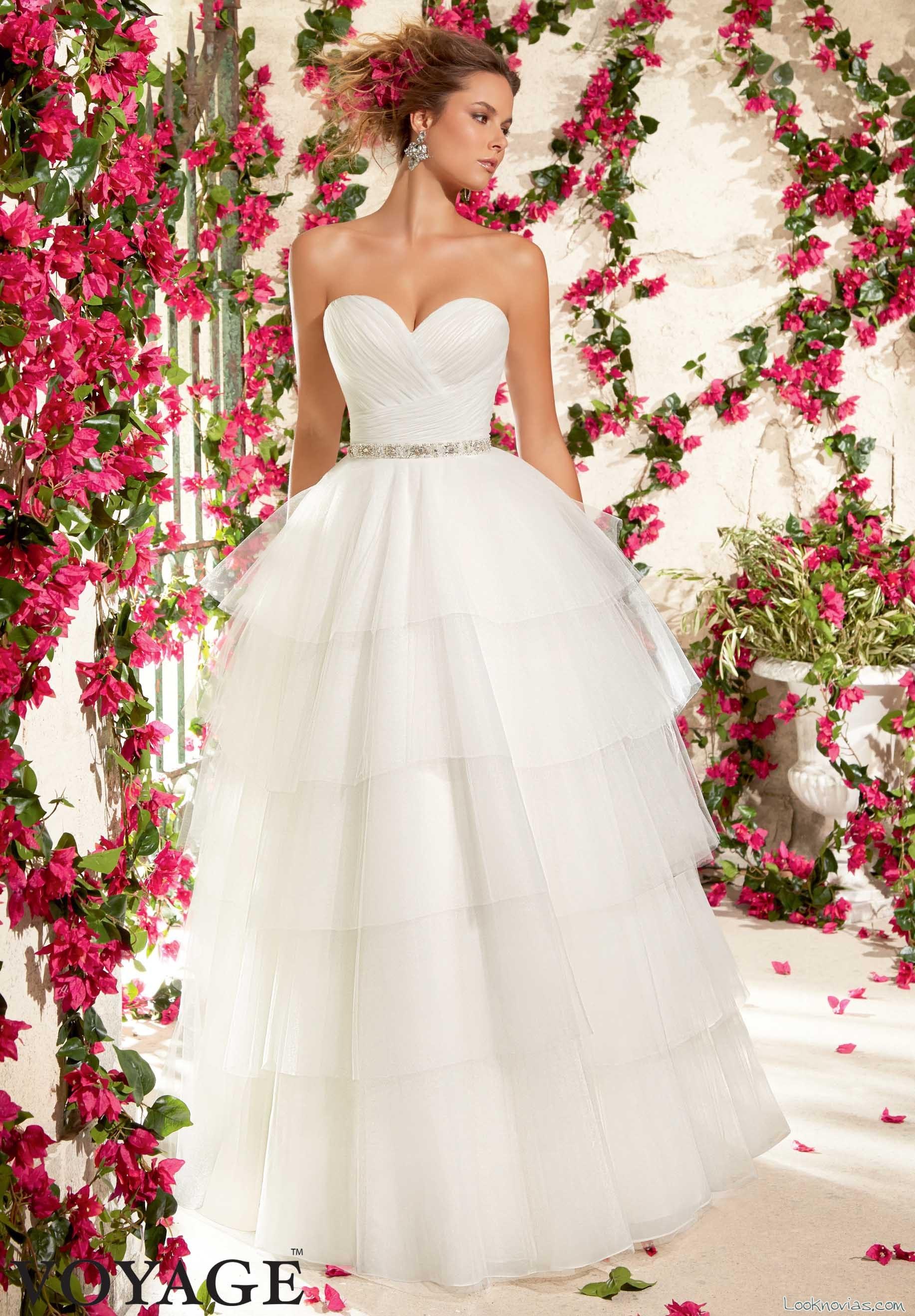 vestido novia volantes y escote corazón