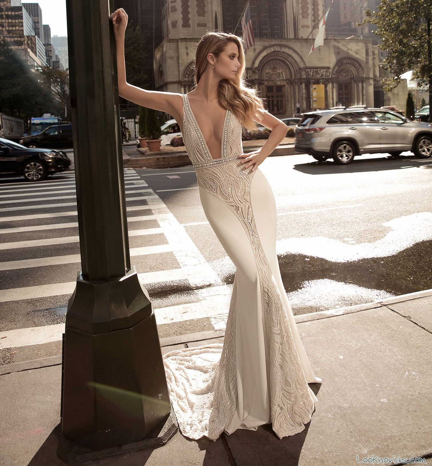 vestido recto con escote a pico berta bridal