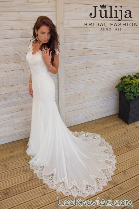vestido recto con preciosa cola de novia
