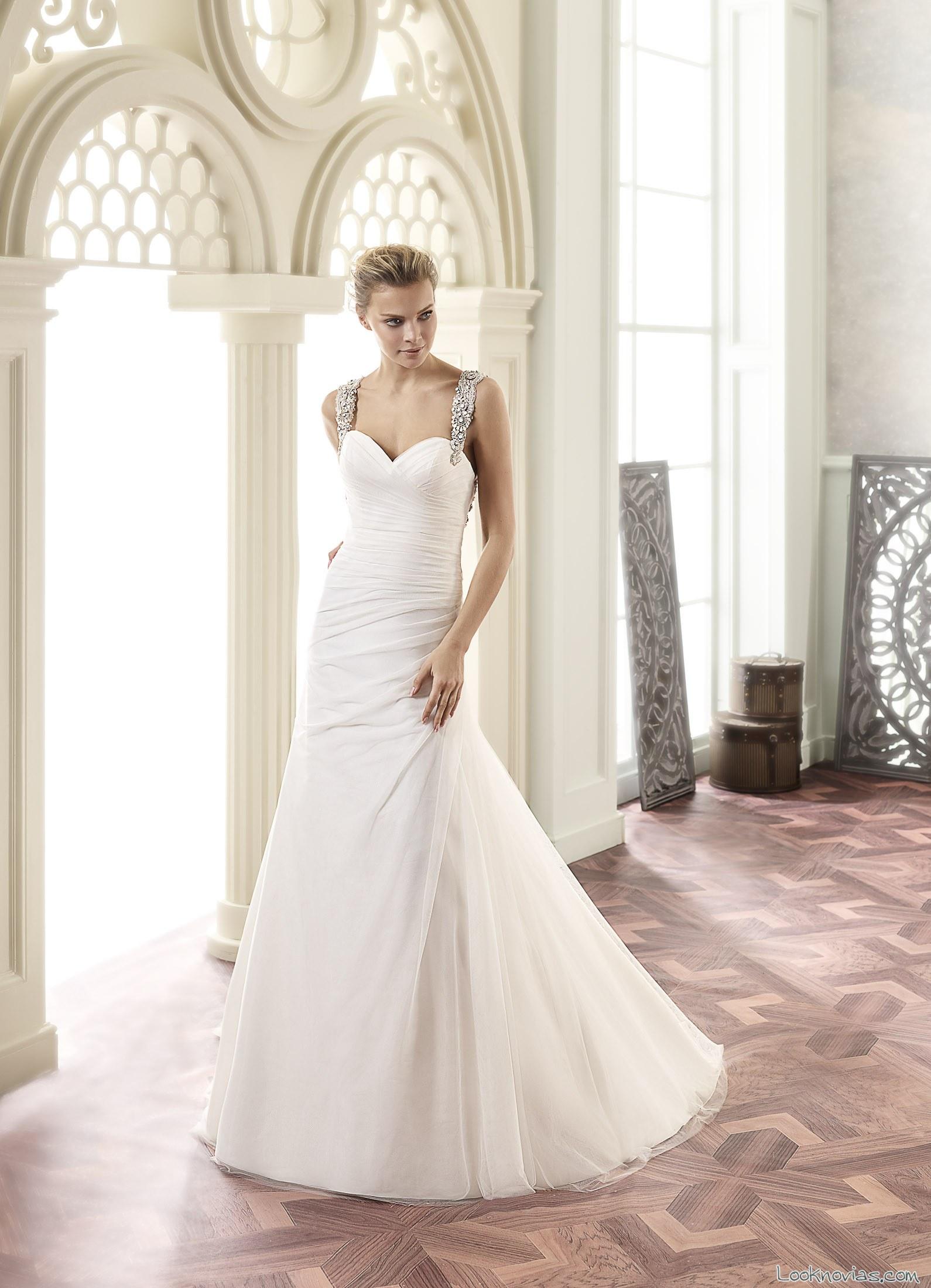 vestido recto de novia con drapeados y tirantes