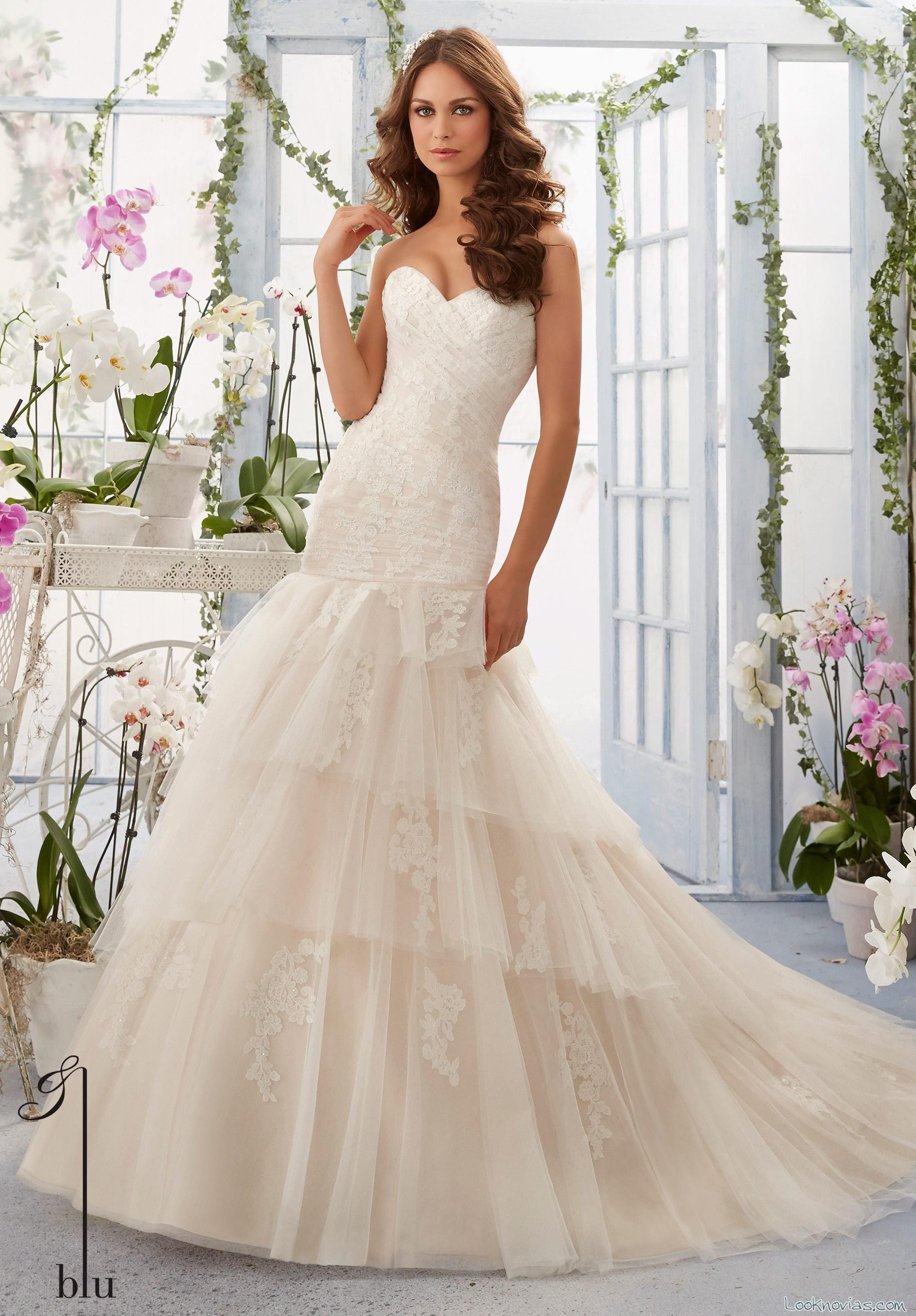 vestido sirena de novia con cuerpo ceñido y falda de volantes