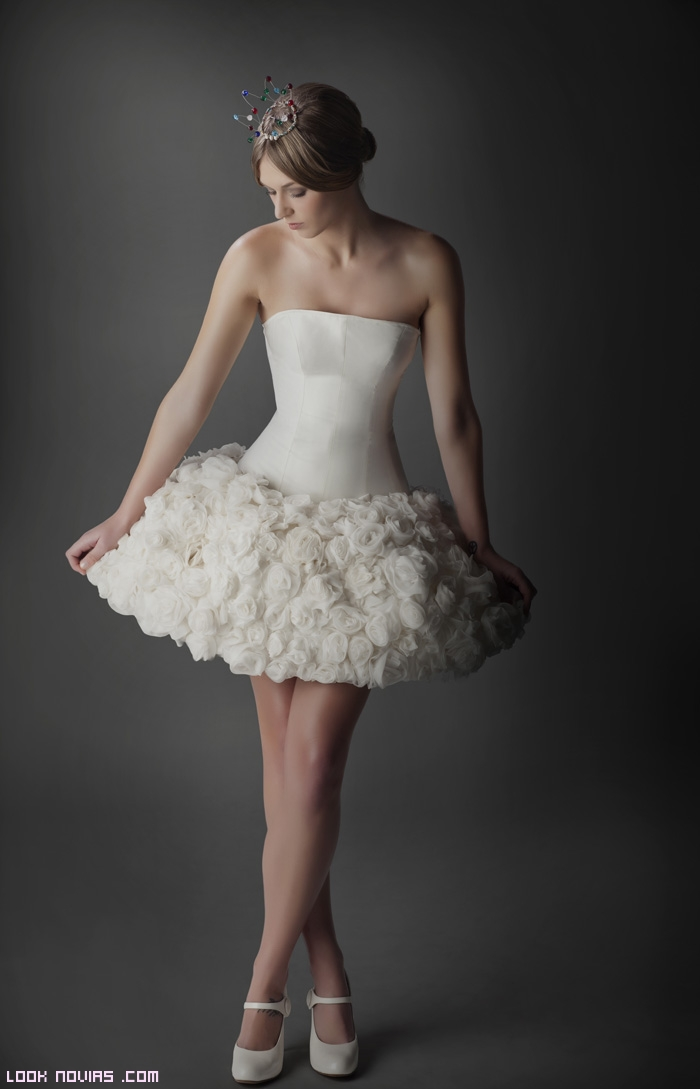faldas cortas con rosas para novias