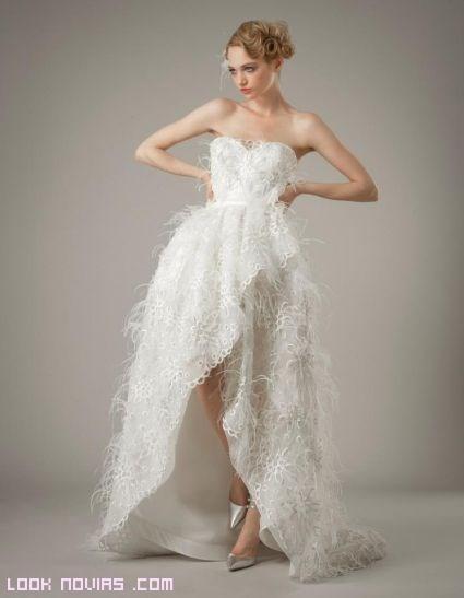 Vestidos con aberturas y plumas