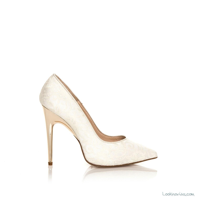 zapato con tacón dorado