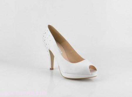 zapatos de piel en blanco