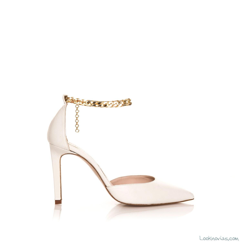 zapatos de novia con pulsera dorada