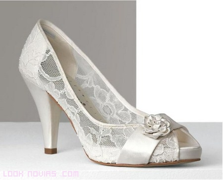 encaje transparente en zapatos de novia