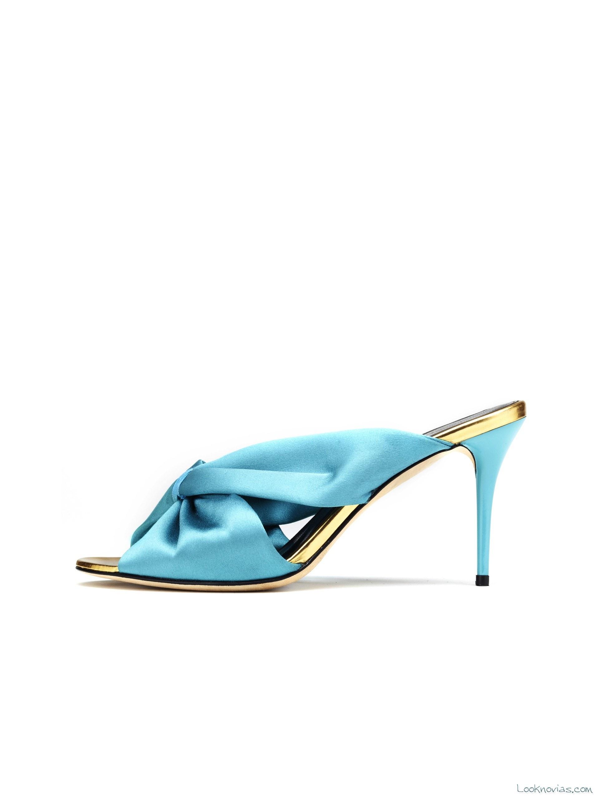 zuecos color azul para invitadas